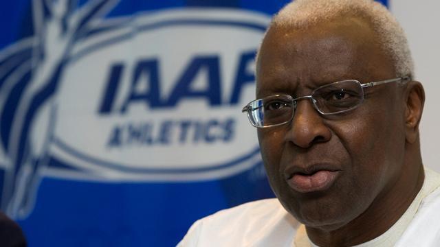 El presidente de la Asociación Internacional de Atletismo, Diack  dando a conocer la grata noticia. (Foto: Internet).