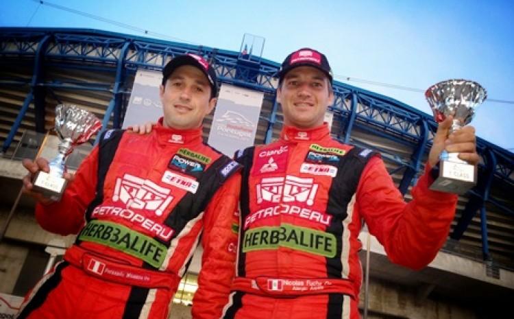 Fuchs festeja su triunfo en la 4ta fecha del Campeonato Mundial de Rally. (Fuente: www.nicolasfuchs.com)