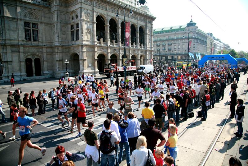Maratonistas compitiendo ante el marco de monumentos históricos en Viena. (Foto: guiadeviena).