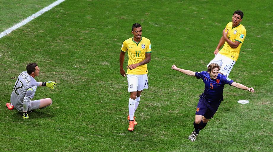 Daley Blind anotó el segundo(17') ante la pasividad de los defensas. (Foto: FIFA.com)