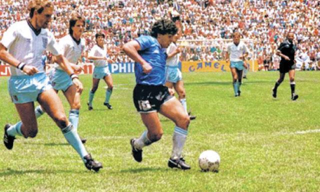 Barrilete cósmico. Maradona marcó el mejor gol de los Mundiales en México 1986 cuando se llevó a medio equipo inglés. Al final, levantó la Copa (Imagen: Larepublica.pe).
