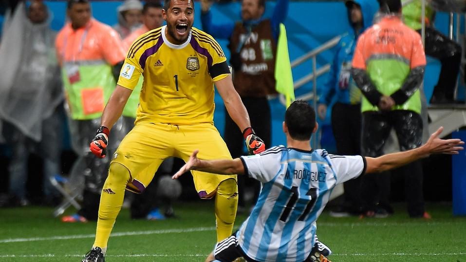 Sergio Romero atajo dos penales, dándole la clasificación a su pais