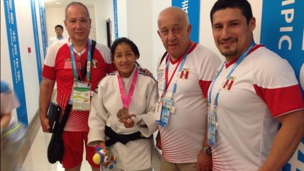 Judoka exhibe medalla junto a delegación peruana (Foto: Comité Olímpico Peruano).
