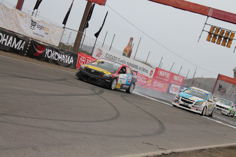 Luis Capamadjian con su Chevrolet Cruze perdiendo posiciones