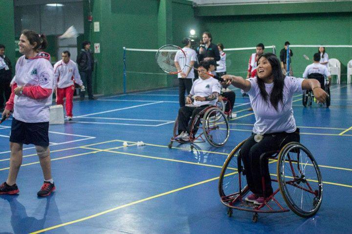 Chicos y chicas, jóvenes y adultos, con silla de ruedas o con piernas ortopédicas aprendieron nociones básicas del parabadminton (Foto: Alonso Mellado / Aficionline.com).