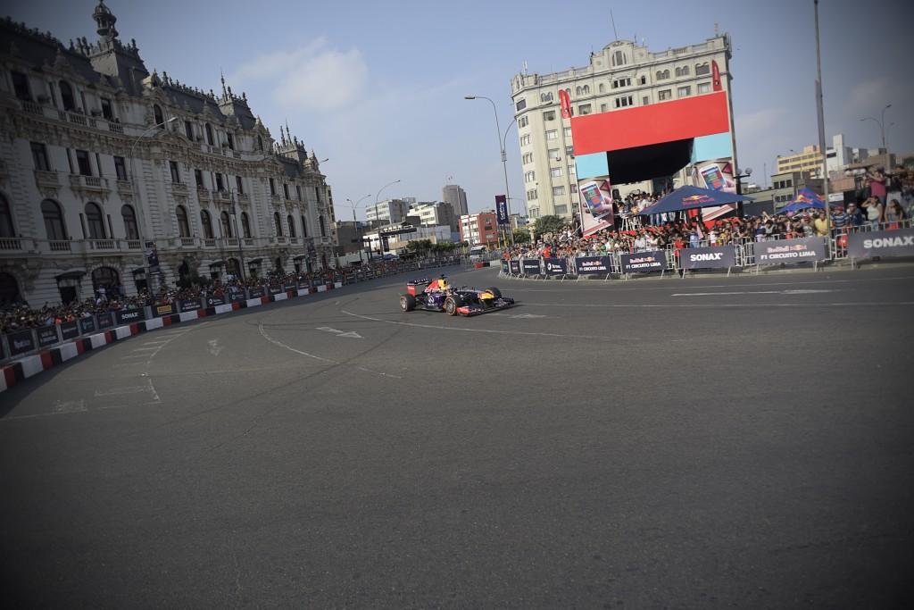 El 'Red Bull Racing' se exhibió recorriendo las pistas de Lima (Foto: Red Bull Perú).