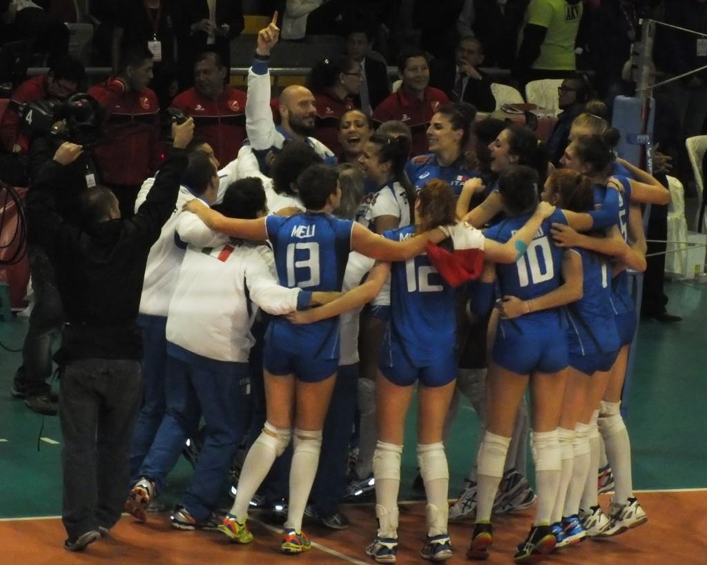 Italianas festejan el primer puesto tras derrotar a Estados Unidos en la final del Mundial de Vóley Sub 18 (Fotos: Marlube Valencia / Aficionline.com).