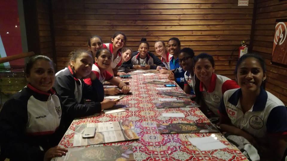 Después del triunfo, las dirigidas por el español Juan Diego García compartieron una cena. (Foto: Universidad de San Martín de Porres Voleibol Club - Página Oficial)